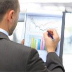 איש עסקים מבצע בקרה תקציבית