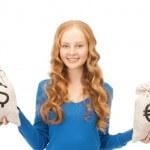 אשה מחזיקה שקים של כסף