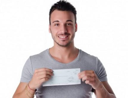 בחור מקבל צ'ק מהלוואה לעסקים