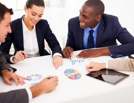 אנשי עסקים כותבים תכנית עסקית לגיוס אשראי