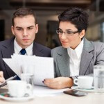 אנשי עסקים בפגישה העוסקת בנושא של רכישת עסק קיים בעזרת הלוואה מהבנק
