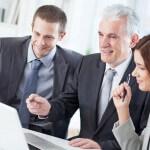 אנשי עסקים מחפשים אופציות לגיוס אשראי לעסקים