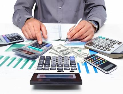 איש עסקים מחשב אופציות של קבלת אשראי ומימון בבנק