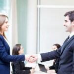 יועץ מחברה מקצועית מסייע ללקוח בעניין של הלוואות לעסקים