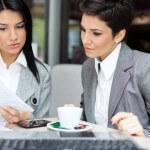 יועצת עסקית בפגישה עם בעלת עסק קטן