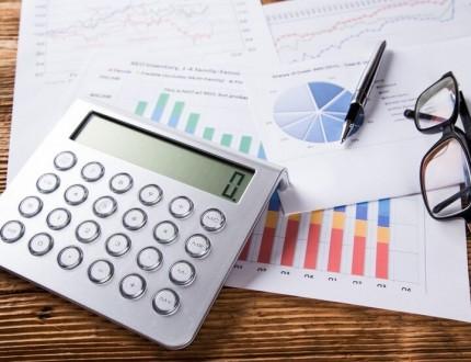 מחשבון וגרפים בתהליך עבודה של ניסיון לגיוס אשראי