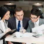 אנשי עסקים מחפשים אופציות של גיוס הלוואות ומימון עסקי