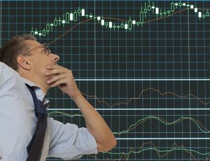 אדם בוהה בגרף