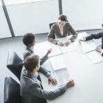 אנשי עסקים בפגישה הנוגעת למיזוג עסקי