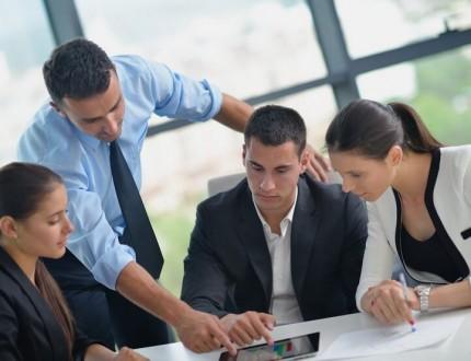 אנשי עסקים מתייעצים לגבי האפשרות של קבלת הלוואה מקרן סיוע