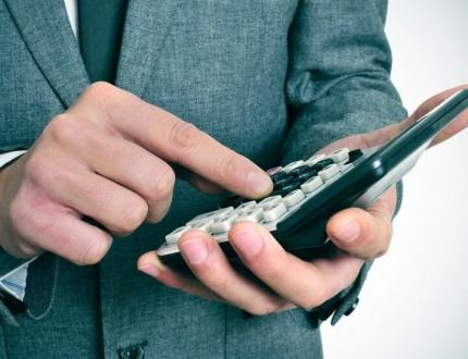 איש עסקים מחשב ריביות של הלוואה חוץ בנקאית
