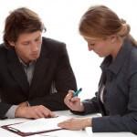 אנשי עסקים בפגישה הנוגעת למציאת שותף עסקי
