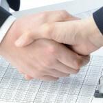 לחיצת יד בין אנשי עסקים