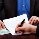 איש עסקים חותם על קבלת הלוואה