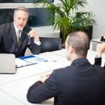 """יועץ פיננסי ואנשי עסקים בפגישה אודות מימון עסקאות נדל""""ן"""