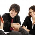 אנשי עסקים צעירים בפגישה הנוגעת למימון עסק חדש
