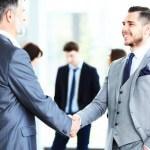 אנשי עסקים לוחצים ידיים אחרי שקיבלו הלוואה