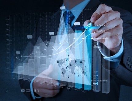 איש עסקים מבצע תכנון עסקי על גבי גרף