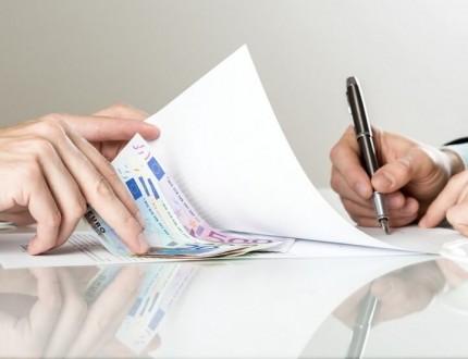בעל עסק קטן חותם על קבלת הלוואה