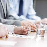 איש עסקים ויועץ בפגישה לגבי פתיחת עסק חדש