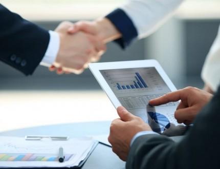 אנשי עסקים לוחצים ידיים בפגישה הקשורה לגיוס אשראי