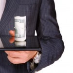 איש עסקים מחזיק שטרות כסף שקיבל כאשראי מהבנק