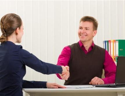 יועצת עסקית בפגישה עם בעל עסק