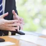יועץ שמסייע לבעל עסק לקבל הקצאה לקרקע מהמדינה