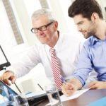 יזם חדש בפגישה עם יועץ משכנאות של המרכז לעזרה לעסקים