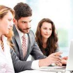 מדענים שמתייעצים לגבי קבלת הלוואה מתכנית תנופה למדענים