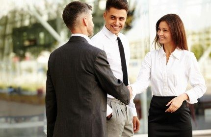 איש עסקים עם יועצי המרכז לעזרה לעסקים