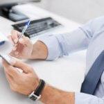 חתימה על טפסי הלוואה לבית ספר לנהיגה