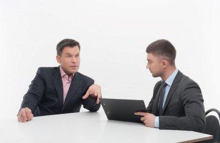 איש עסקים בשיחת ייעוץ לגבי קרנות סיוע לעסקים חדשים