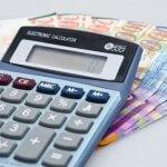 מחשבון על רקע שטרות להלוואה