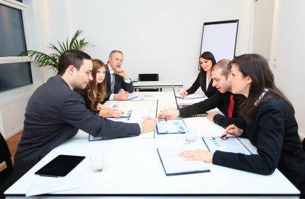 קבוצת אנשי עסקים יושבים במשרד אדריכלים