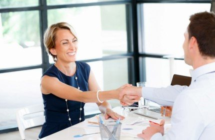 שני אנשים לוחצים ידיים לאור סגירת עסקה להלוואה