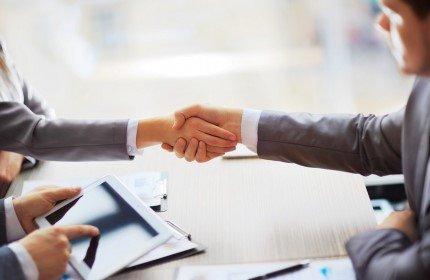 שני אנשי עסקים לוחצים ידיים