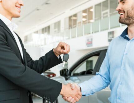 לחיצת ידיים בחברת השכרת רכב