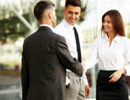 פגישת אנשי עסקים בנוגע לשירותי אבטחה לעסקים